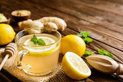 de-thee-van-de-gemberwortel-met-citroen-honing-en-munt-74909113